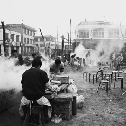 在范庄的民俗活動期間,來自周鄰村落的外客多了,自然餵飽肚子的差事,比什都重要, Nikon E5700