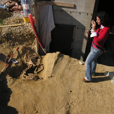 Archeologa fotografa, con tomba, Nikon E8400