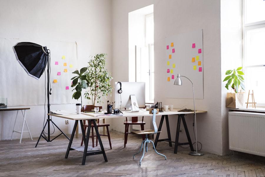 Interior kantor atau studio modern yang kosong.  oleh Jozef Polc di 500px.com