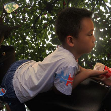 【趴在摩托车上的男孩】红儿郎 摄, Sony DSC-HX200