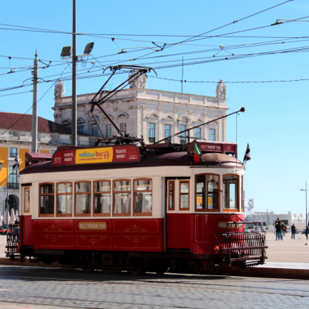 Red tram in Lisbon, Canon EOS 1200D, Canon EF-S 18-55mm f/3.5-5.6 III