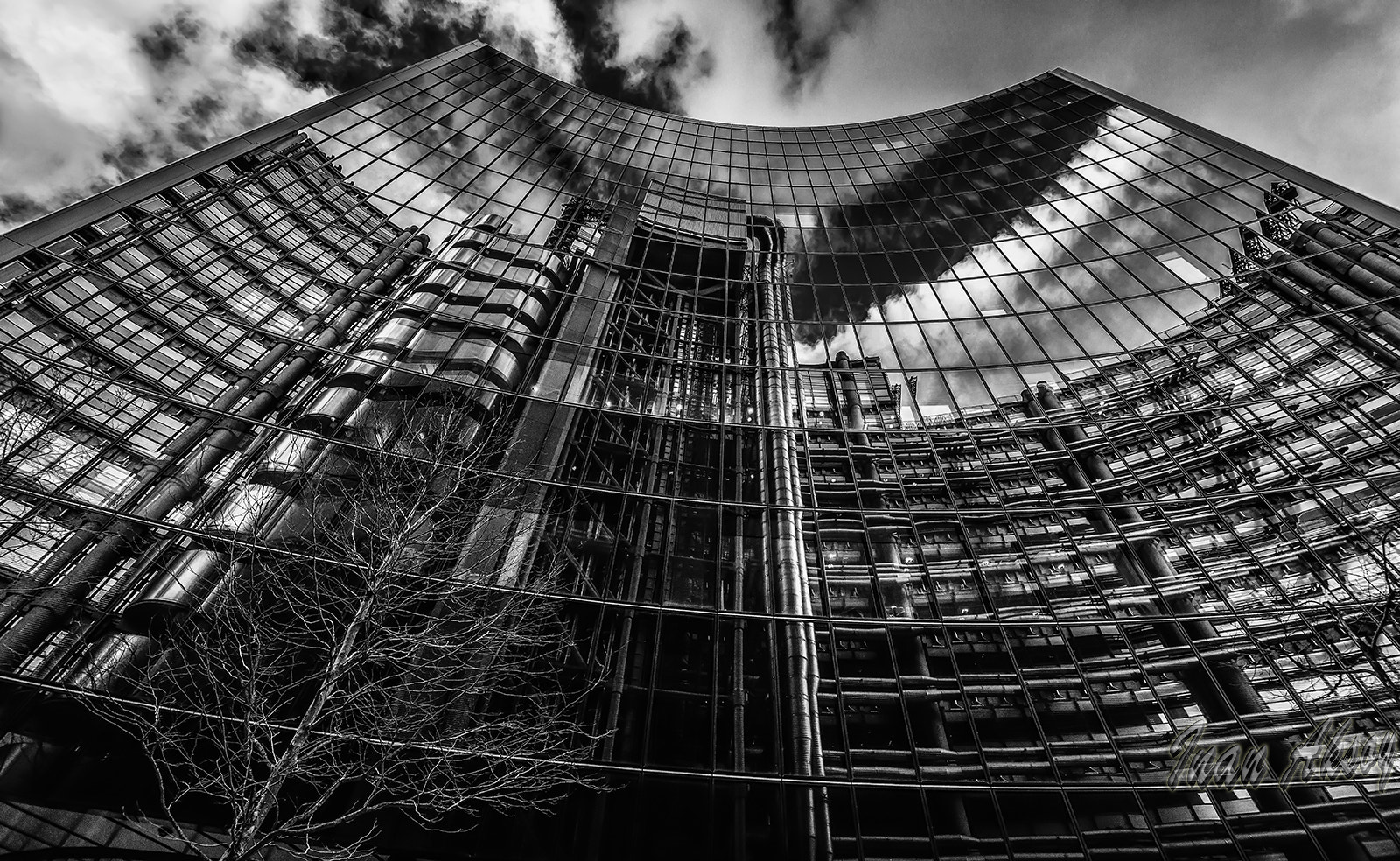 Photograph LLoyds of London Checks if she is pretty or not. by Inan Aksoy on 500px