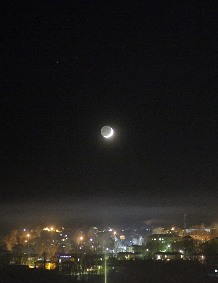 Луна перед закатом, автор — Maxim Tashkinov на 500px.com