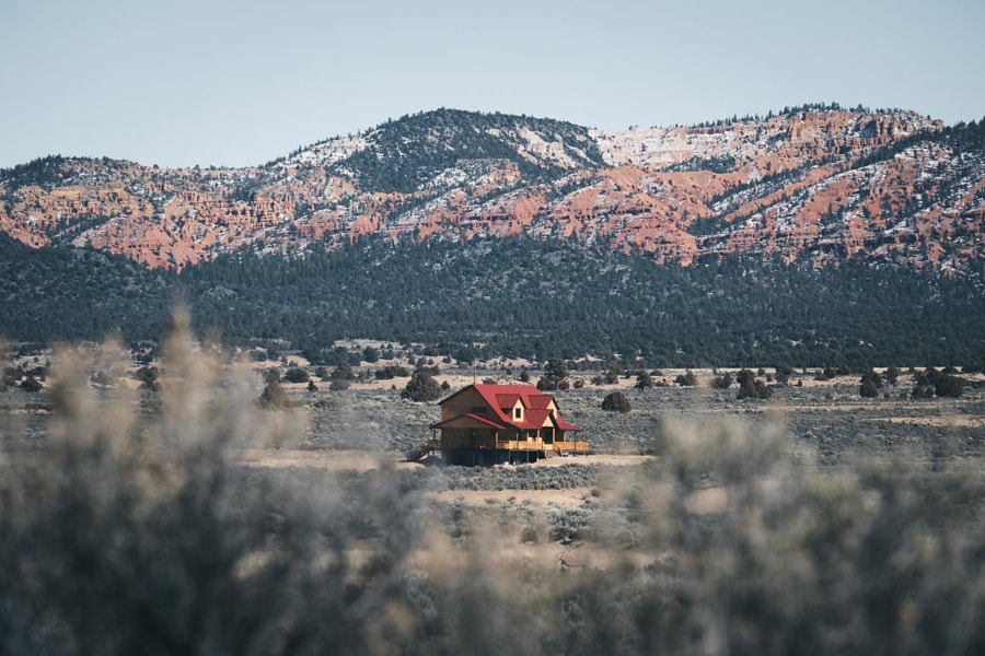 Country house with red roof in Utah, автор — Ueli Frischknecht на 500px.com