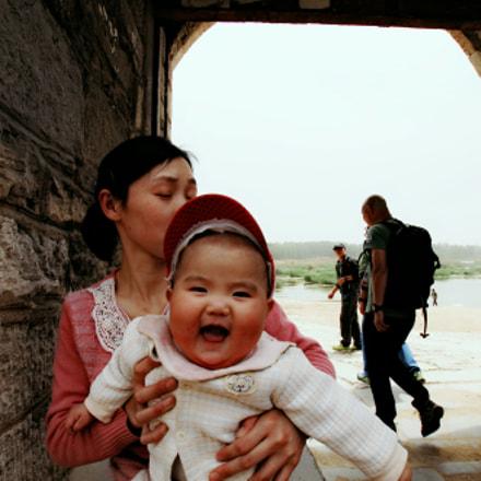 山东省泰安市大汶口镇。寨门下笑成一团的小娃娃。, Nikon D2XS, Tamron SP AF 11-18mm f/4.5-5.6 Di II LD Aspherical (IF) (A13)