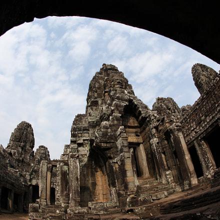 Angkor Wat's ruins framed, Canon EOS 5D MARK II