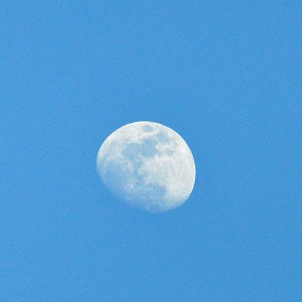 Daytime moon, Nikon D90, AF-S VR Zoom-Nikkor 70-300mm f/4.5-5.6G IF-ED