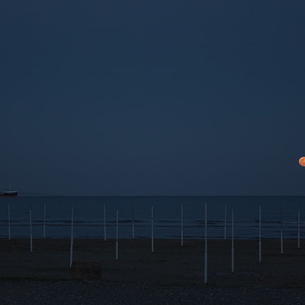 Beach, boat and moon, Canon EOS 700D, Canon EF-S 18-55mm f/3.5-5.6 III