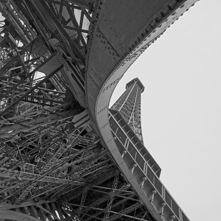 eiffel tower foot, Canon EOS 70D, Canon EF-S 18-135mm f/3.5-5.6 IS STM