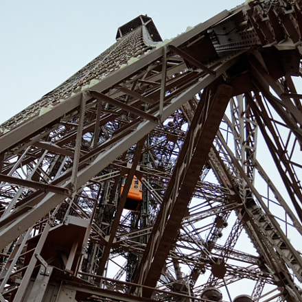 eiffel tower lift 2, Canon EOS 70D, Canon EF-S 18-135mm f/3.5-5.6 IS STM