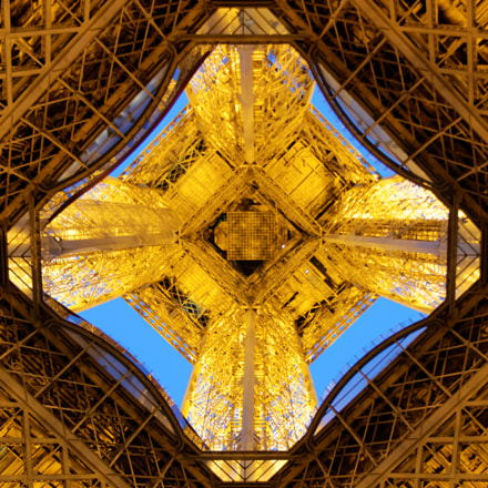 eiffel tower bottom, Canon EOS 70D, Canon EF-S 18-135mm f/3.5-5.6 IS STM