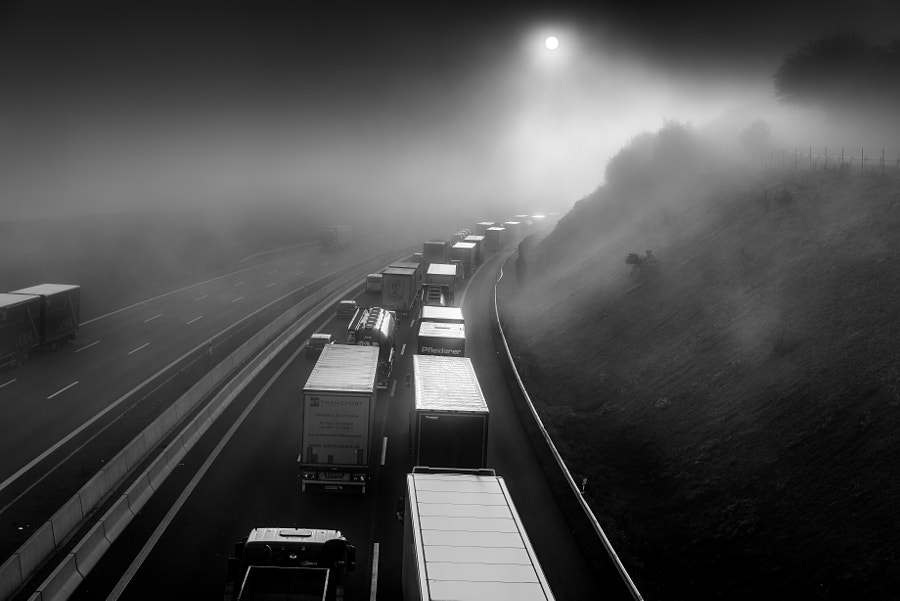 traffic jam in autumnal fog, автор — Ralf Pelkmann на 500px.com