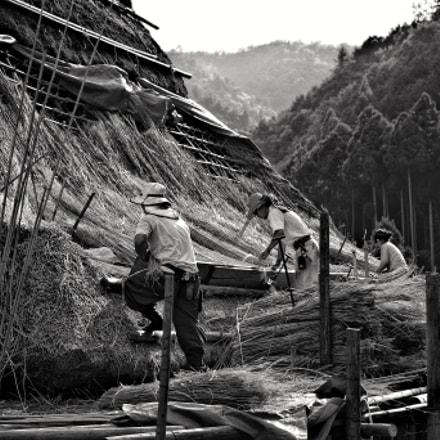 thatched-roof workers, Pentax K-5 II S, smc PENTAX-DA 35mm F2.4 AL