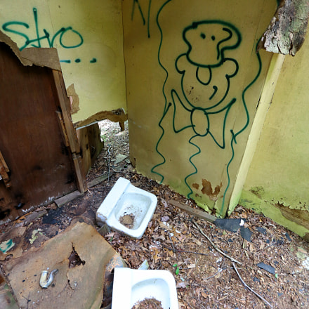 Abandoned Camp Bathroom 1, Canon EOS M5, Canon EF-S 10-22mm f/3.5-4.5 USM