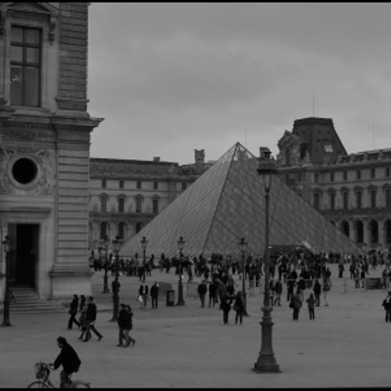 Pyramide du Louvre, Canon EOS REBEL T1I, Canon EF-S 18-55mm f/3.5-5.6 IS
