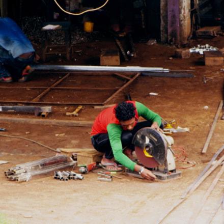A mechanic is repairing, Canon IXUS 510 HS