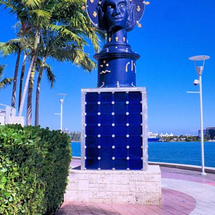 Statue in Miami, Fujifilm FinePix HS10 HS11