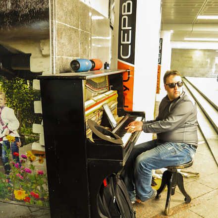 Музикант в підземному переході., Canon POWERSHOT G16
