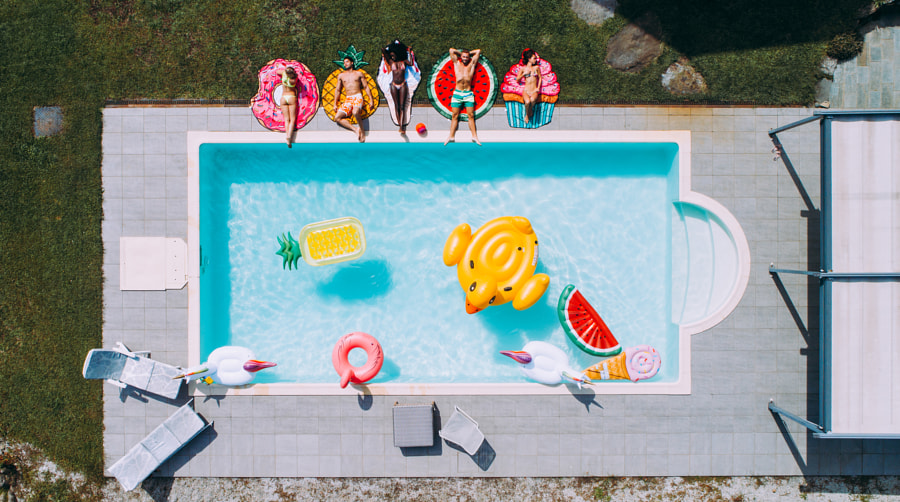 group of friends having fun in the swimming pool by Cristian Negroni on 500px.com