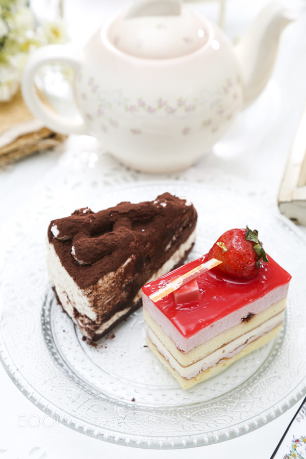 Photograph Chocolate Cake and Strawberry Cake 巧克力蛋糕/草莓蛋糕 by Josh Hu on 500px