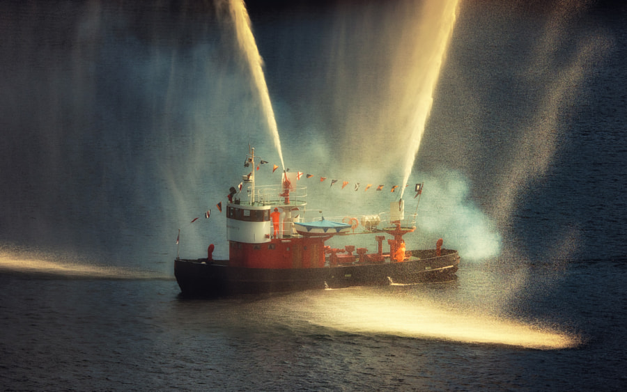 Fireboat, автор — Dirk Seifert на 500px.com