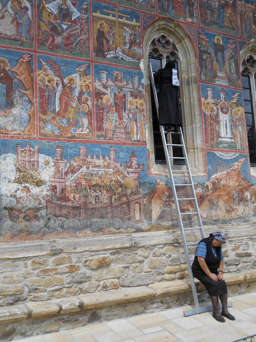 suora aiutante di peso chiesa monastero UNESCO Moldovița Romania by Fabrizio Pivari on 500px.com