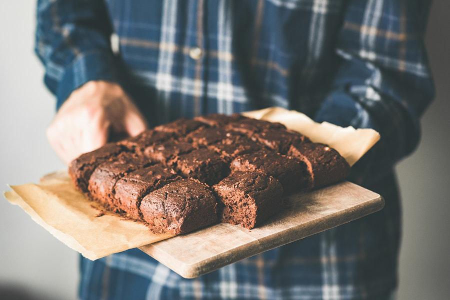 Veganistische chocoladebrownies op bakplaat, marihuana-chocoladetaarten van Vladislav Nosick op 500px.com