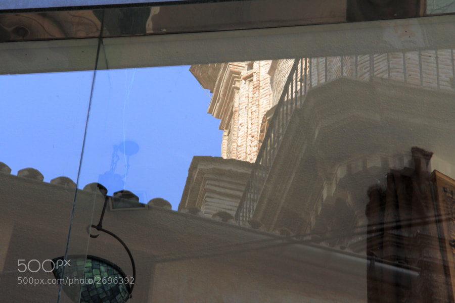 Sentado en la terraza de un bar y con una buena cristalera enfrente, no es necesario volverse para ver una iglesia hermosa.  Si quieres ver más, vete al blog: http://500px.com/BernardoIribarnegaray/blog/16550
