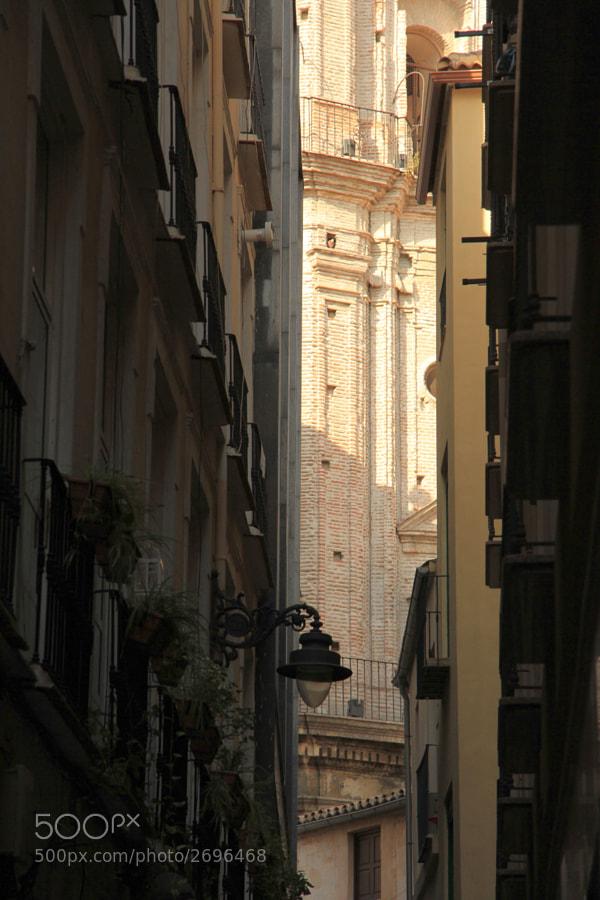 A través de las estrechas calles, es un placer ver las construcciones que buscan el cielo.  Si quieres ver más, vete al blog: http://500px.com/BernardoIribarnegaray/blog/16550