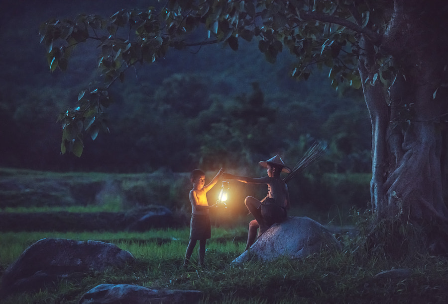 Boys holding a lantern in the hands., автор — Sasin Tipchai на 500px.com