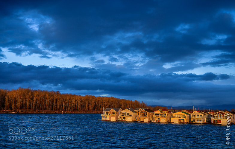 Houses over the water in the Columbia River in Oregon