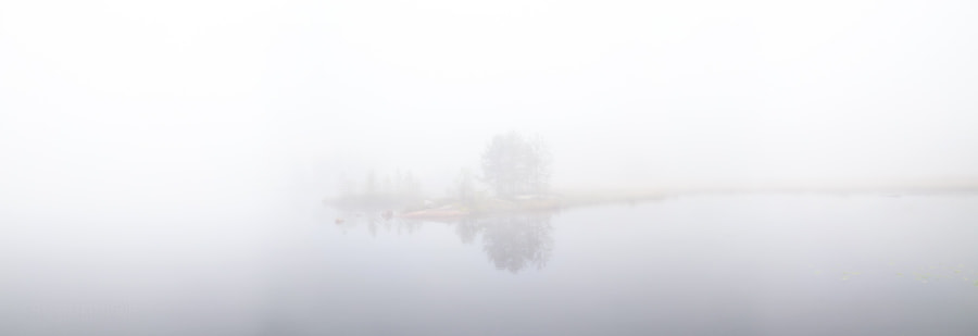 Туманный рассвет на реке Сегежа, Карелия, Россия. Foggy sunrise on the river Segezha, Karelia, Russia