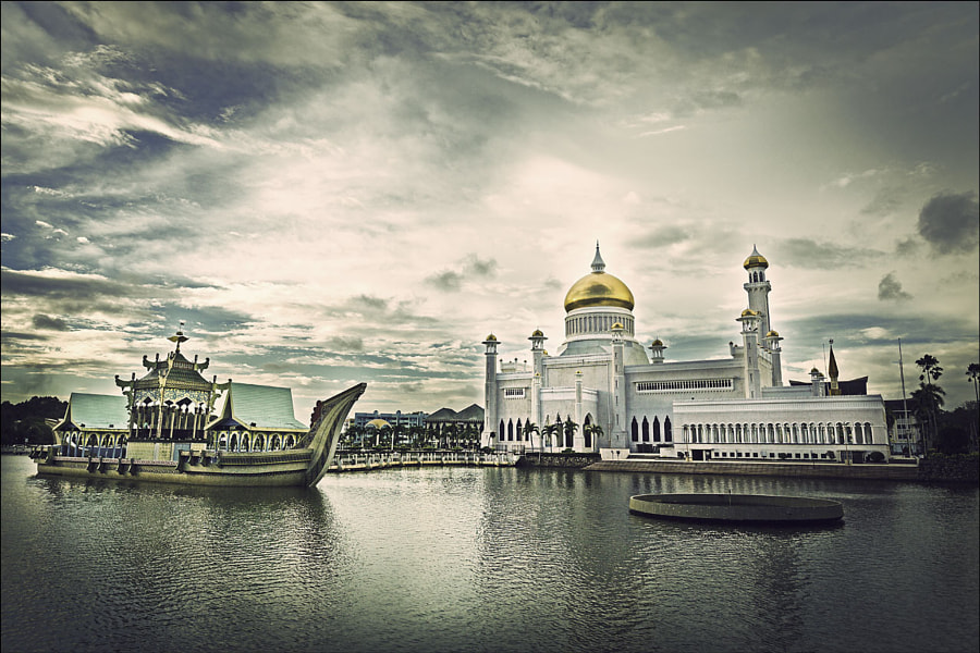 Sultan Omar Ali Saifuddien Mosque in Bandar Seri Begawan, Brunei by simasg  on 500px.com