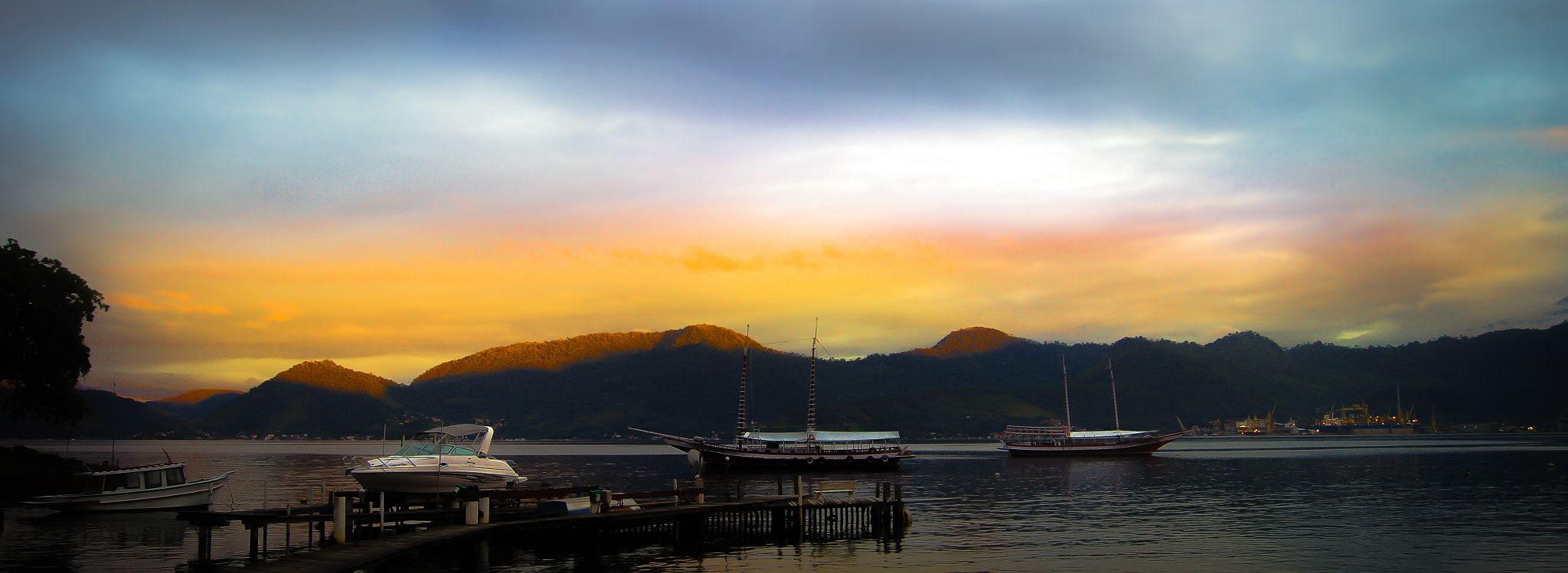 Photograph Angra dos Reis; Breaking dawn.  by Roberto Manzanares on 500px
