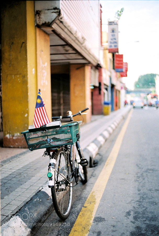 There was a Malaysia flag on the bicycle. I guess the owner loves this country very much :)