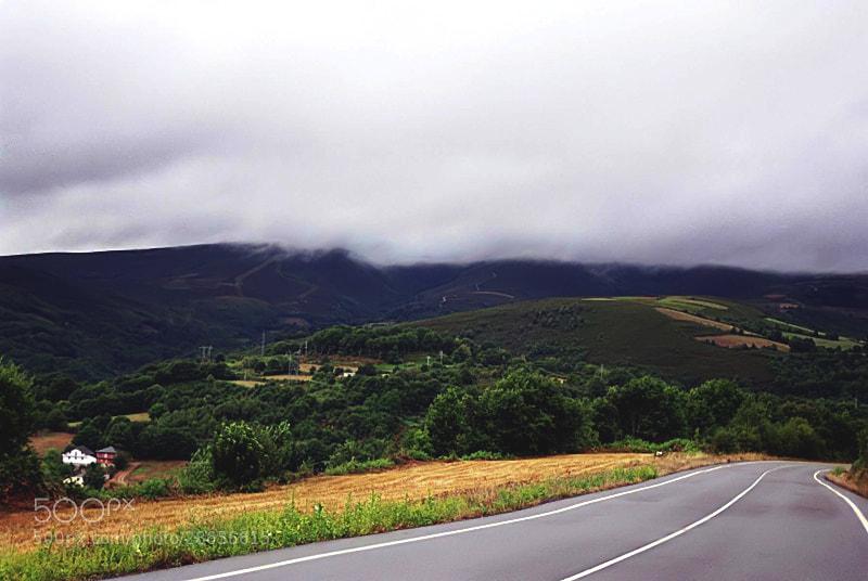 """Camino de Santiago 2012  Ruitelán - Triacastela  _______________________________  En Ruitelan un año seria por 2005 José Manuel profesor y vecino de Santiago y peregrino curtido en mil aventuras y en la vida me dijo,,,,,,,,   """"Mañana es la etapa reina del Camino – el reto es llegar a Triacastela""""   Me quede como muy impresionado, era para mi la primera subida a O'Cebreiro Y eso por si solo me parecía ya demasiado, había oído hablar tanto del mítico O'Cebreiro que el llegar a Triacastela me parecía como misión imposible   Aquel año José Manuel llego a Triacastela pero servidor de ustedes llego a la cima del Cebreiro con mil y un problema y no di ni un paso mas.   Cebreiro esta considerado como el punto mas alto del camino, creo estar en lo cierto, pero yo no se si la etapa san Juan P.P. Roncesvalles la supera en altura.   Posterior mente, un año o dos mas tarde recordando a José Manuel, intente Ruitelan Triacastela,   Pero no fue posible, me pare en Fonfría pues llovía de tal manera que era muy difícil continuar.   Este año, a la tercera tiene que ser; tenía la determinación de llagar a Triacastela   Salí bien temprano decidido, había nubes en el cielo y la incertidumbre de si llegaría la lluvia o no, pero esta vez la lluvia que bien amenazo durante todo el día respeto a los peregrinos en una etapa como esta,   La subida no la lleve mal, estaba muy mentalizado y cuando llegue a la cima sentí un gran alivio, como si me hubiese quitado un peso de encima.   Pare lo justo para tomar Un buen café con leche y unas magdalenas, pues no me quería enfriar más de lo necesario y continué la marcha, pero la bajada de O'Cebreiro te hace perder un poco el sentido de la realidad que claramente lo recuperas cuando llegas al Alto do Poio,   El Poio, lo afronto con mucha calma, consciente de que superado sin problema, el resto puede ser relativamente fácil hasta Triacastela como así fue.   Pude culminar con éxito La Etapa Reina, en palabras de José Manuel, llegando a una hora razonable"""