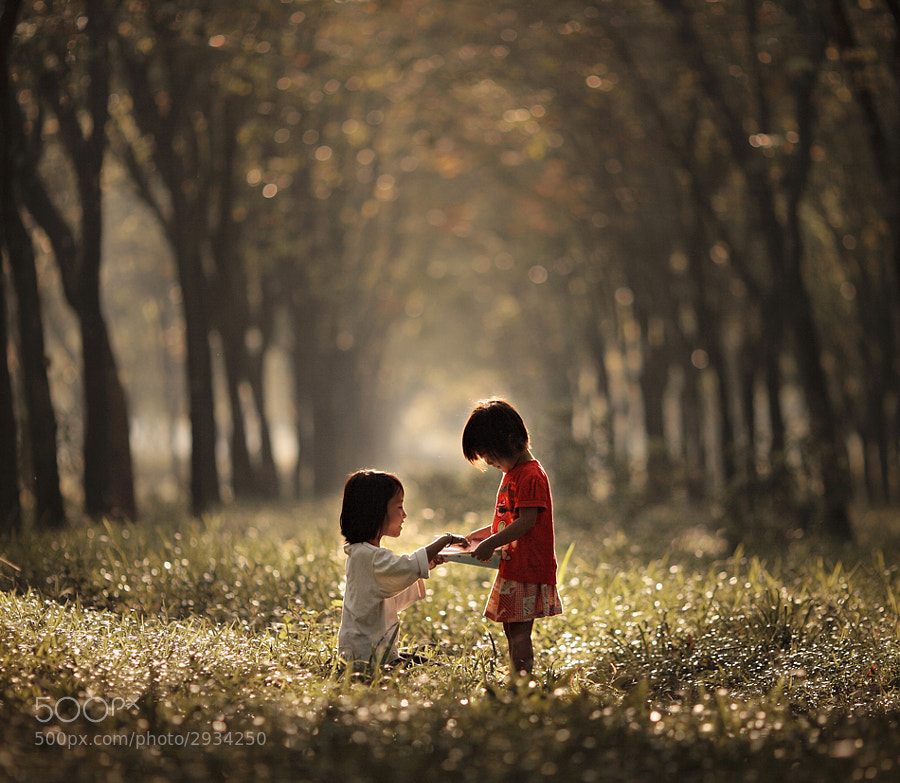 Two kids and shallow depth of field