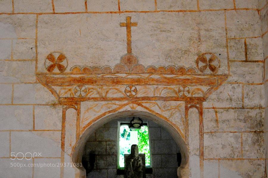 Camino de Santiago 2012  Samos y su entorno IV _______________________________________  La Maravillosa Capilla del Ciprés  Fines del siglo IX, principios del X.  Interior de La Capilla, pinturas originales, no restauradas, símbolos, no restaurados, se conservan asombrosa mente bien.  En la Capilla no se celebra culto religioso, tan solo se abre para hacer visitas guiadas.  Foto sin flax, esta prohibido en el interior  _______________________________________  The marvelous Chapel of Cypress  IX – X Century ( Samos ) _______________________________  Inside the chapel, original paintings, symbols, unrestored, amazing mind well preserved.  In the Chapel worship is not celebrated, only open for tours.  Photo without flax, is prohibited inside