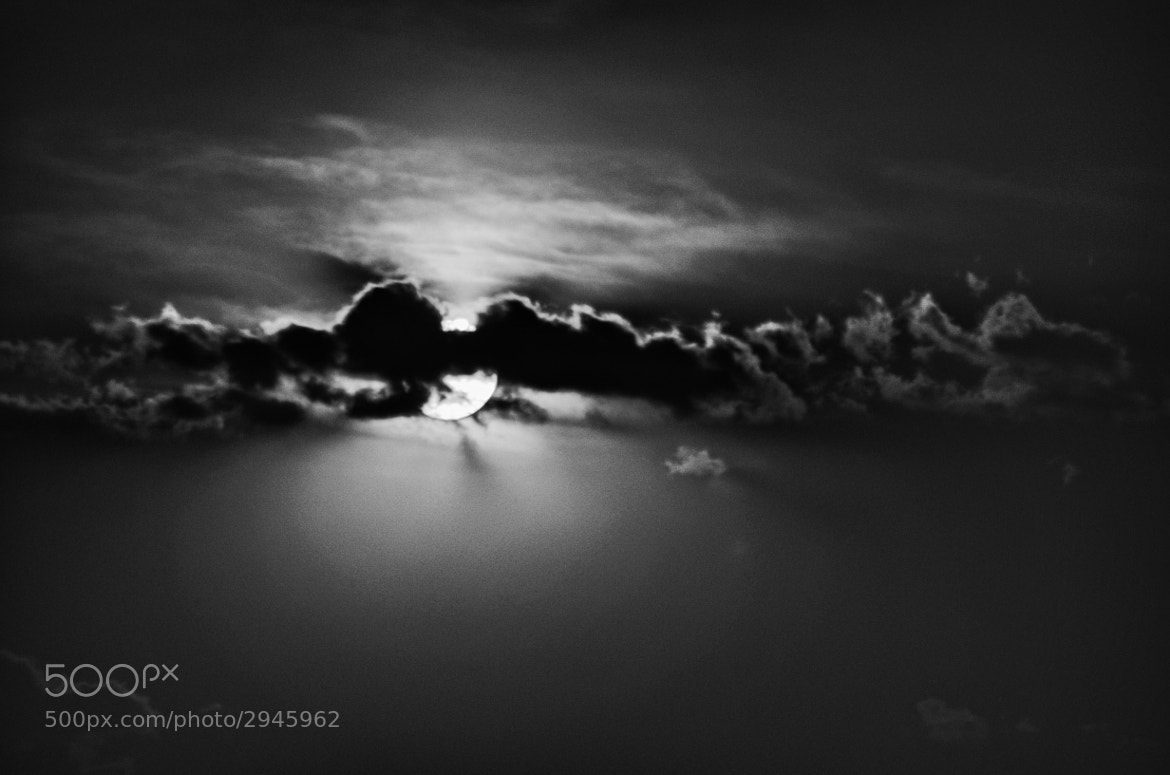 Photograph Luna y Nube by Carlos De la Peña on 500px