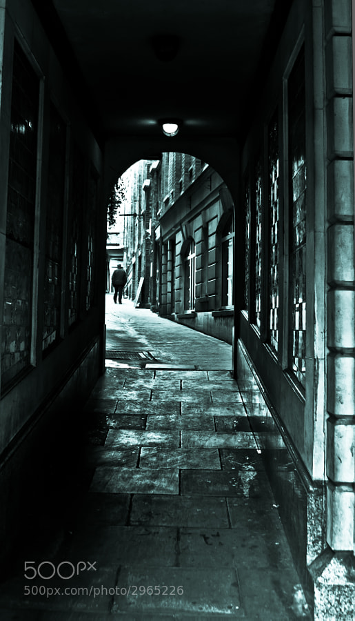 While walking on The Strand in Central London, I saw that alleyway noone seemed to notice. I've always liked the charm of these old narrow streets, hidden from the buzz of the main street.
