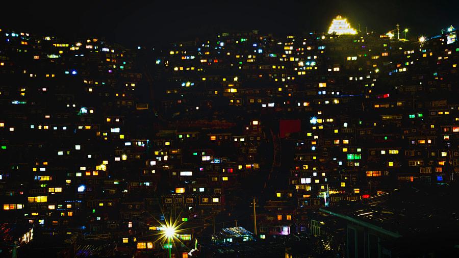 雨夜色达 by Louis on 500px.com