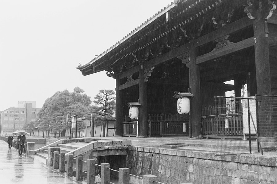 The entrace of To-ji by Hiro _R on 500px.com