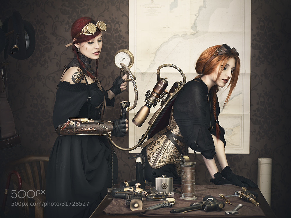 "Photograph ""Steamgirls"" Arreglando el jetpack by Rebeca  Saray on 500px"