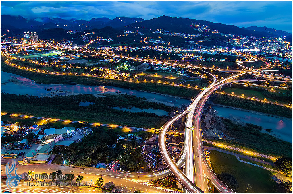 Photograph The system interchange Ankeng. Night the rails by 展源 許 on 500px
