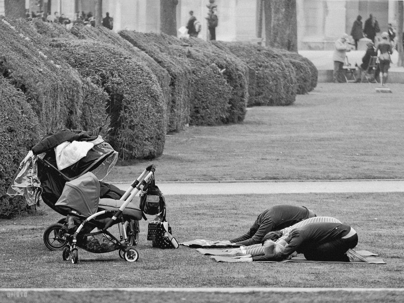 """Relaxation cession at the Tuileries ? or worshiping of their baby god ?<a href=""""http://nightgrain.tumblr.com/"""" rel=""""nofollow"""">Photoblog</a>"""