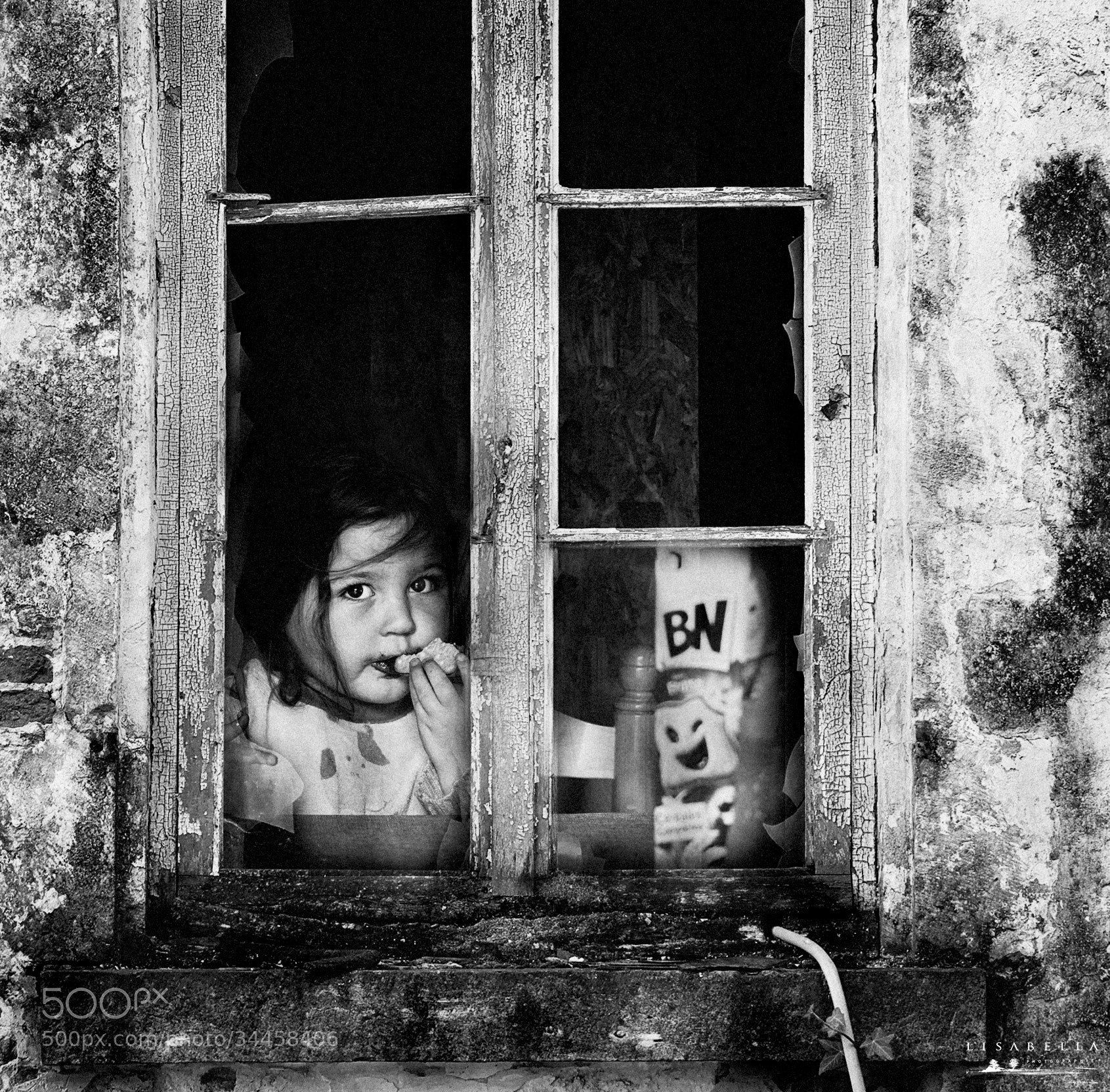 Photograph La fillette et la maison abandonnée by Lisabella Fert on 500px