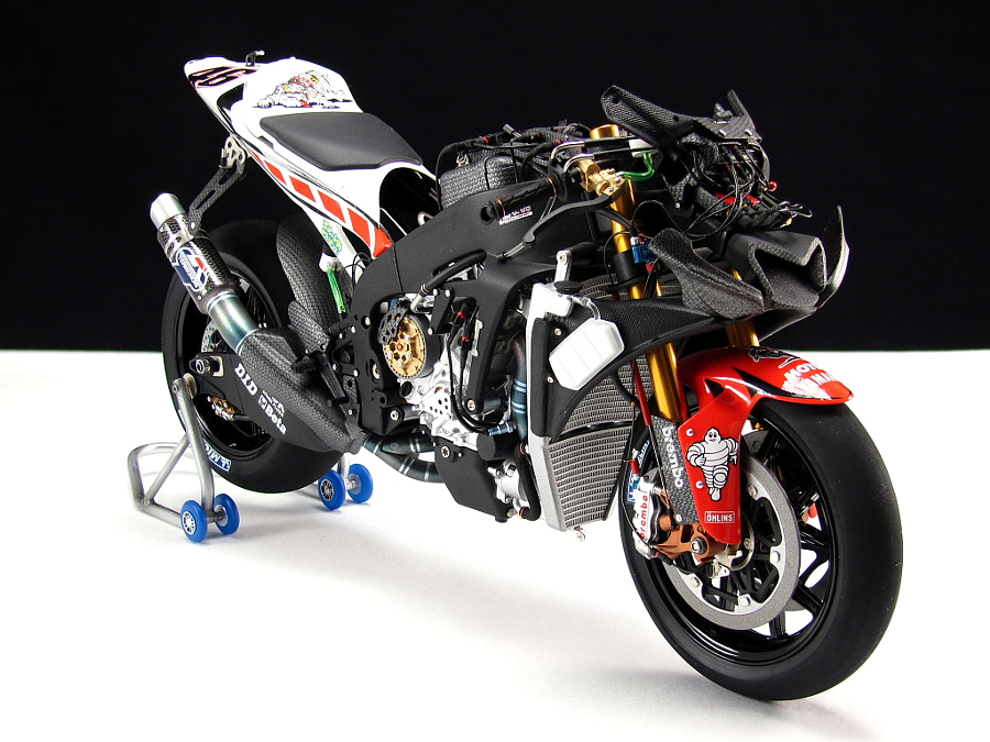 Scale model of YAMAHA YZR-M1motoGP race mashine №46 Valentino Rossi