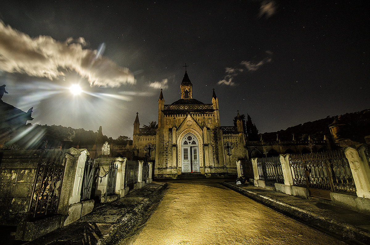Photograph night in the cemetery by Albert Galì on 500px