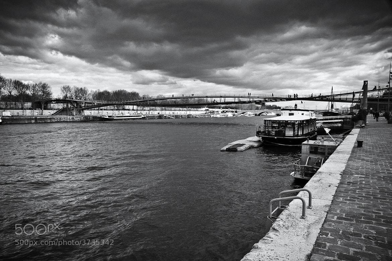 Photograph Au loin, la passerelle Simone de Beauvoir. by Laurence Penne on 500px