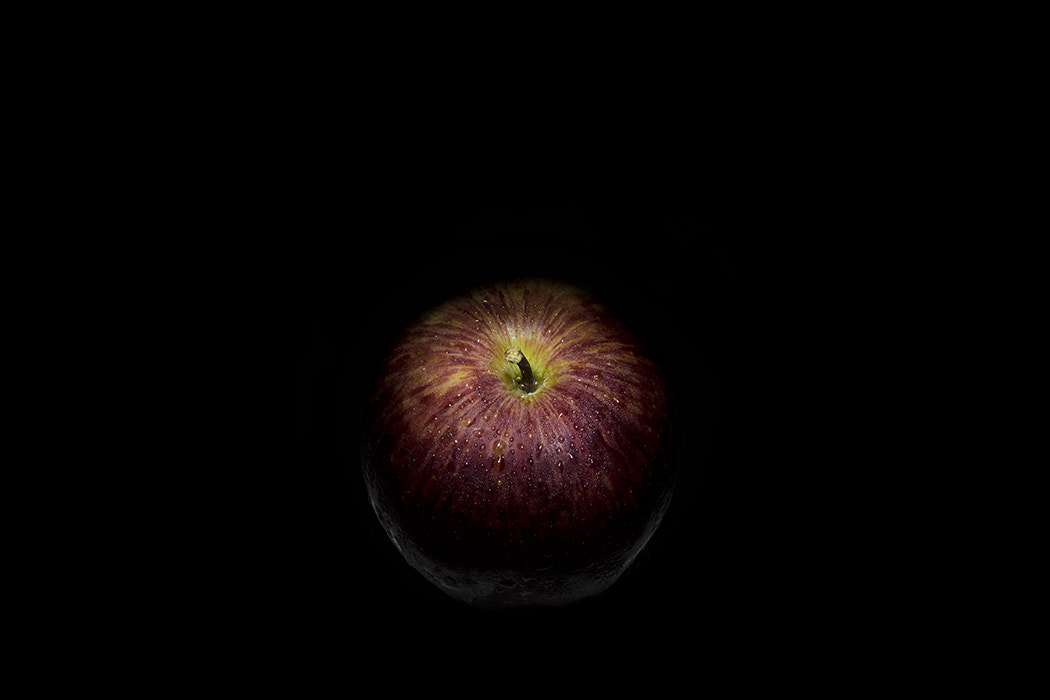Photograph an apple in the dark by Gustavo Ramos on 500px